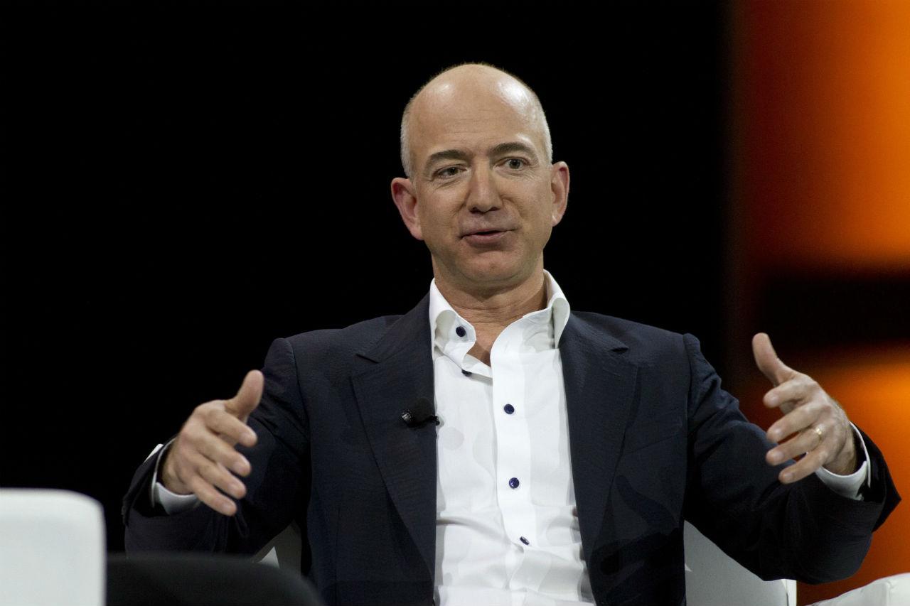 Jeff Bezost már csak 5 milliárd dollár választja el attól, hogy letaszítsa Bill Gatest a trónról, és ő legyen a világ leggazdagabb embere