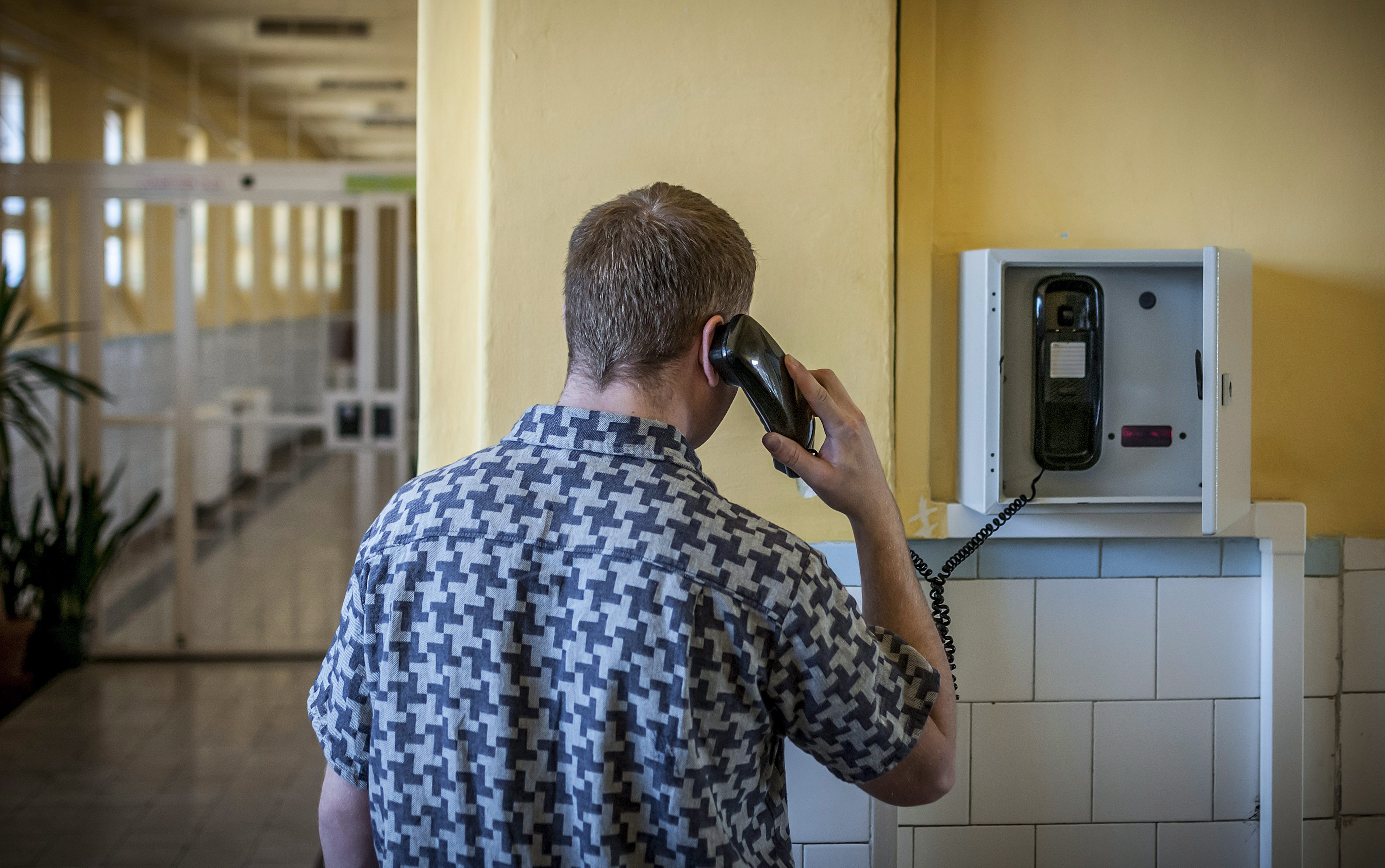 Asztmapipában, fésűben csempészik be a telefonokat a magyar börtönökbe