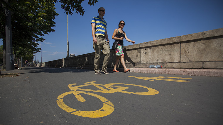 Bicikliúton görkorcsolyázott, beszólt egy ott sétáló gyalogosnak, majd összeütközött egy bringással, emiatt nem jogerősen bűnösnek mondta ki a bíróság