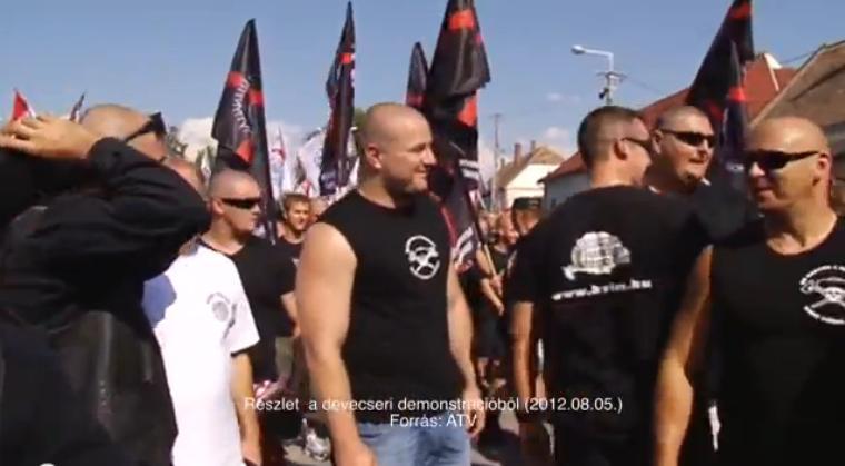 11 ezer eurós kártérítés jár Király Alfrédnak és Dömötör Norbertnek, mert a magyar rendőrség nem védte meg őket a Devecseren parádézó náciktól