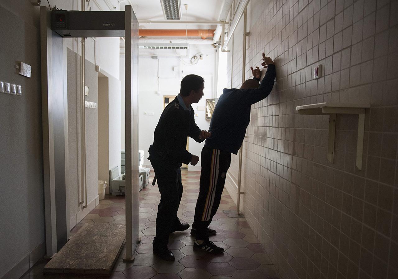 Mobilokat csempészett a raboknak a szegedi börtönőr