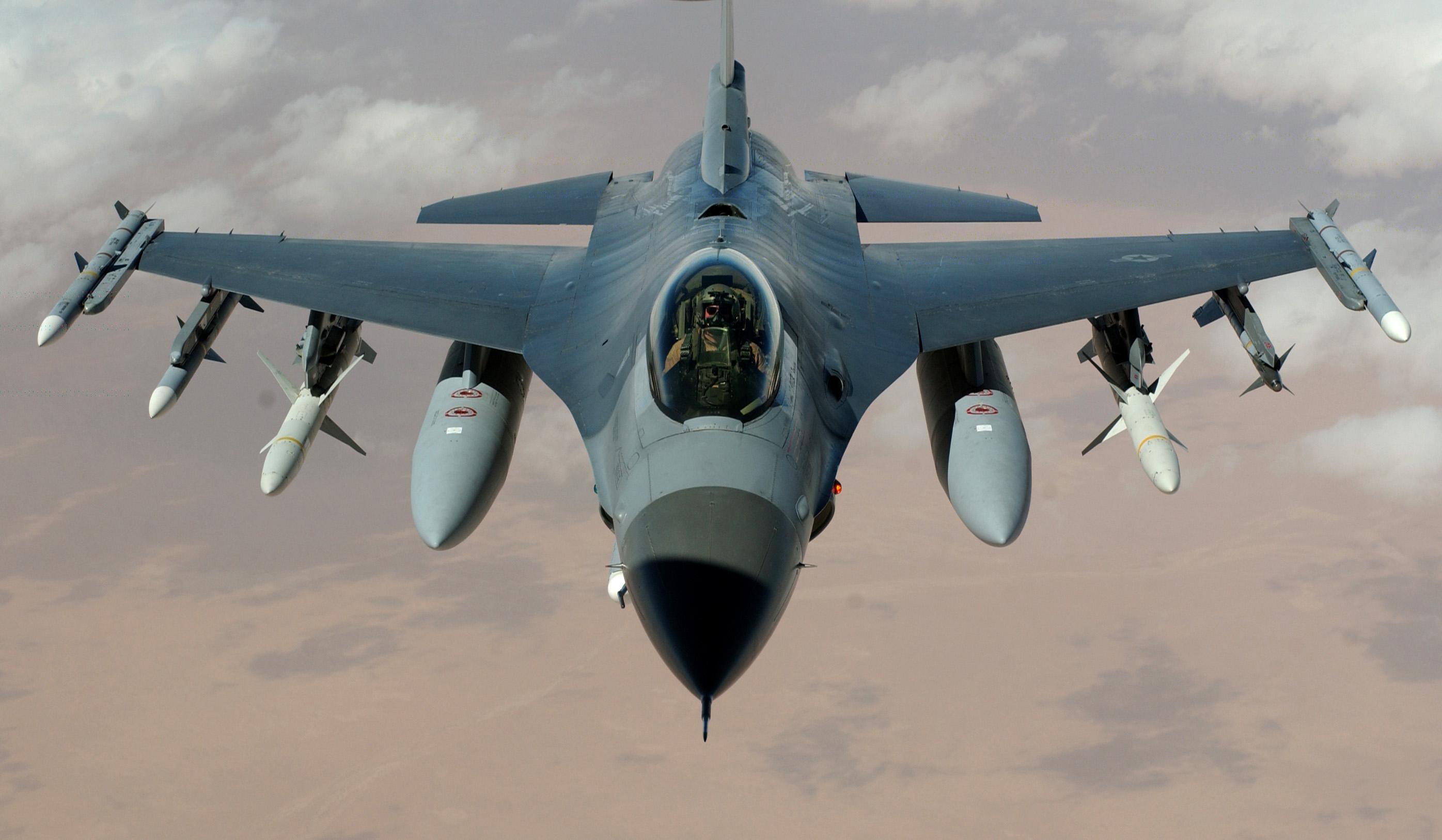 Egy moszkvai videojáték-fejlesztő az eBay-en F-16-os vadászgépekről vett kézikönyvet, 10 év börtönt is kaphat