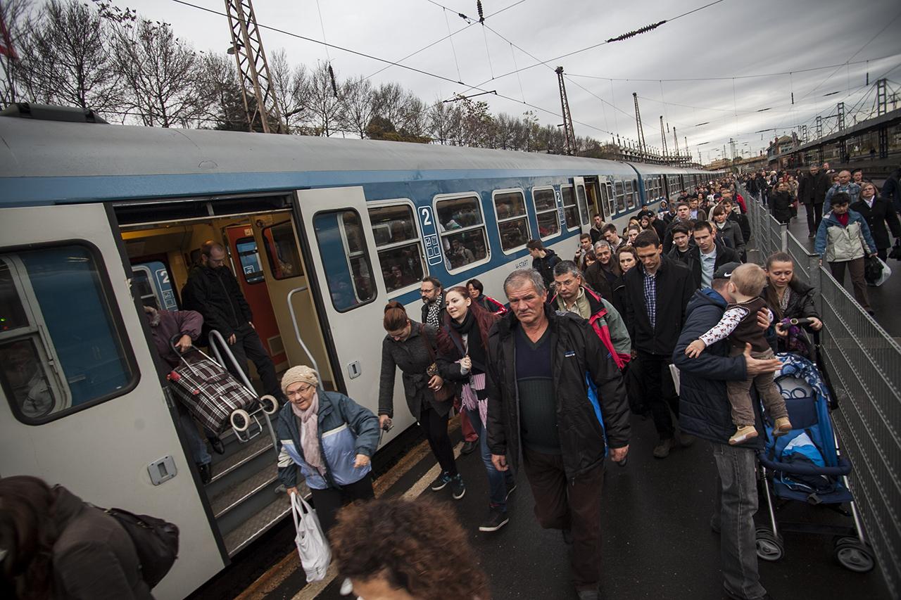 Egyre kevesebben lógnak a vonatokon