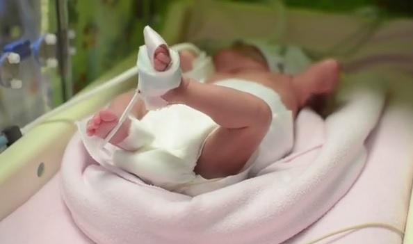 212 grammal és 24 centivel született meg, 13 hónap kórház után engedték haza