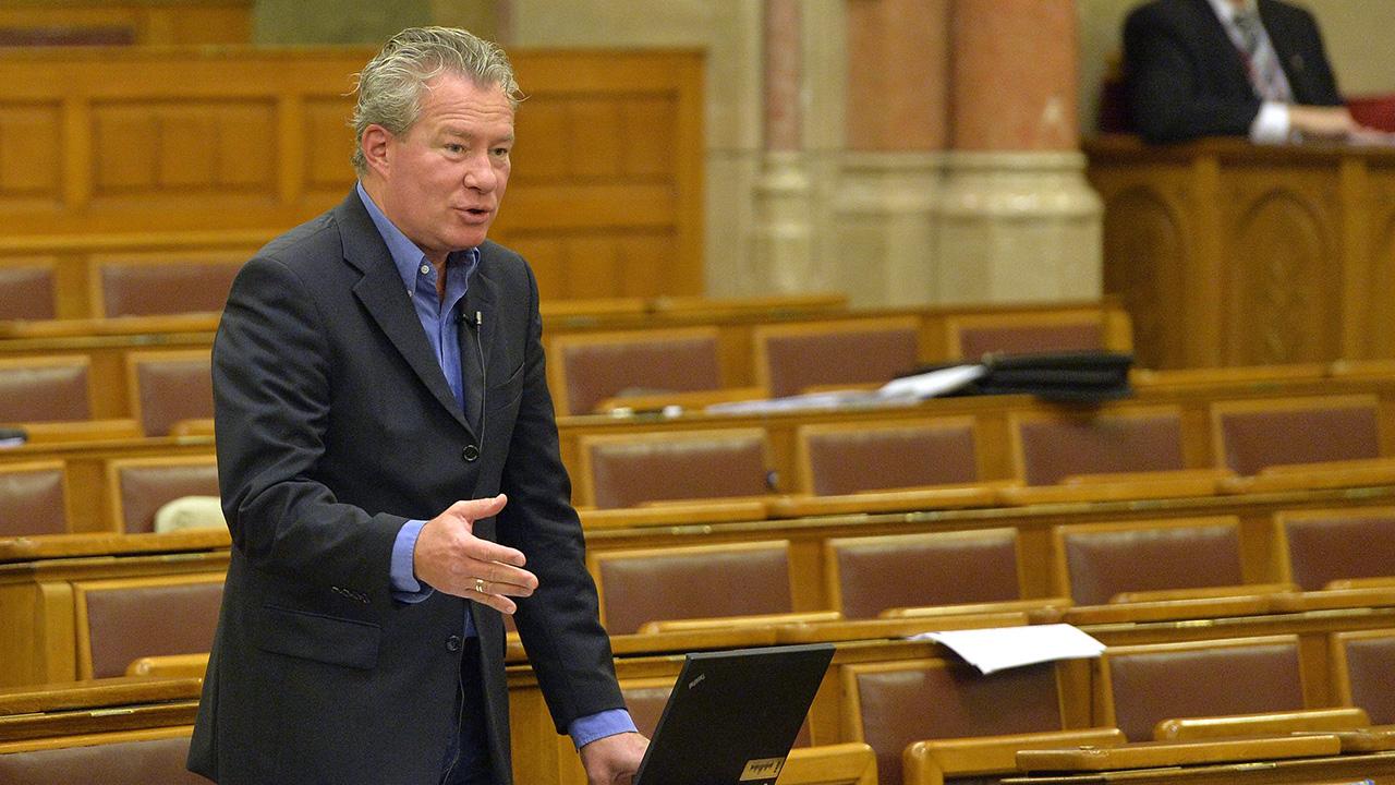 Joggal nevezte Piálffynak a parlamentben részegen műsorozó Pálffy Istvánt a jobbikos képviselő