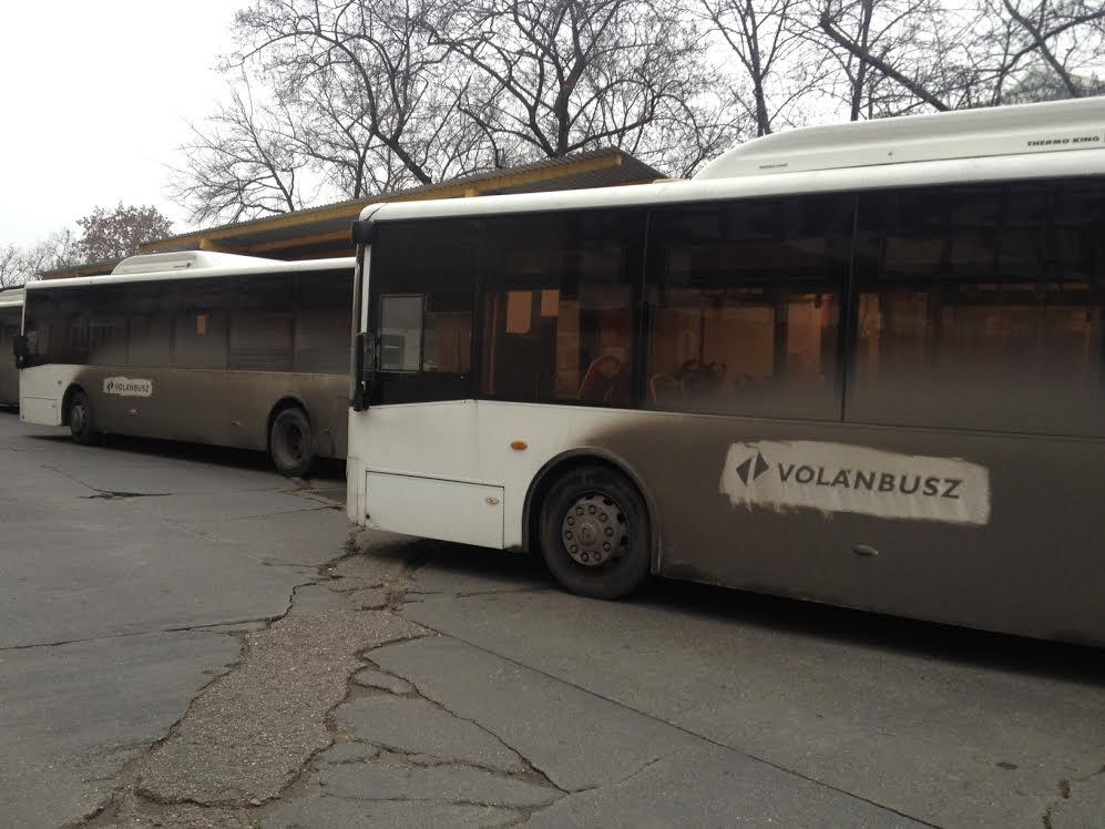 Menetrendeket, rendszámokat, műszerfalakat találtak egy buszfosztogató bandánál