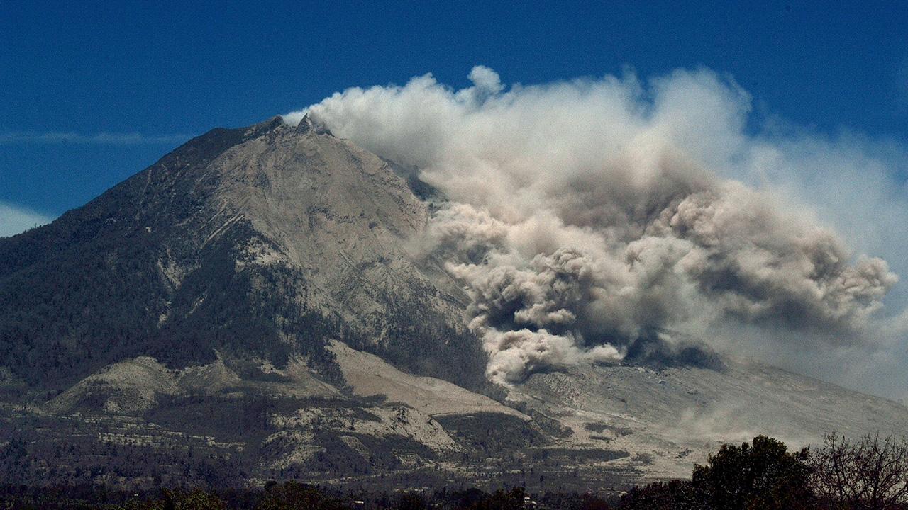 Indonéziában turisták vulkánkitörés miatt csapdába estek, mentőhelikoptert küldtek értük, de lezuhant