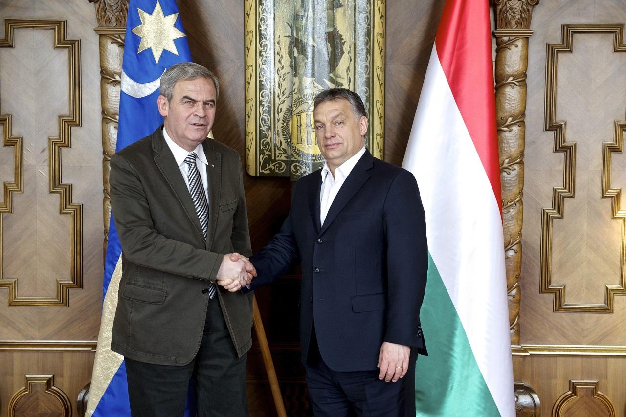 Óriási hisztit nyomott le Tőkés László, mert Orbán túl sokáig beszélt