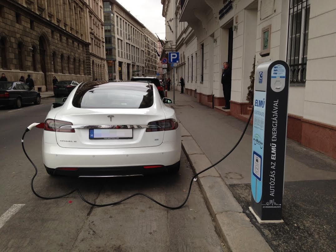 Hollandiában 2025-re betilthatják a dízel és benzines autókat
