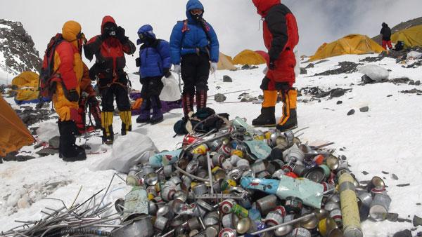 Egészségre is ártalmas szintetikus anyagokat találtak a hóban a Mount Everestnél