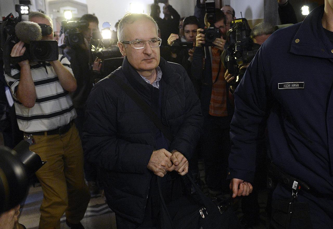Simon Gábor 128 millió forint adóhátralék befizetése után is annyira gazdag, hogy lakhelyelhagyási tilalmat rendeltek el vele szemben, nehogy elszökjön