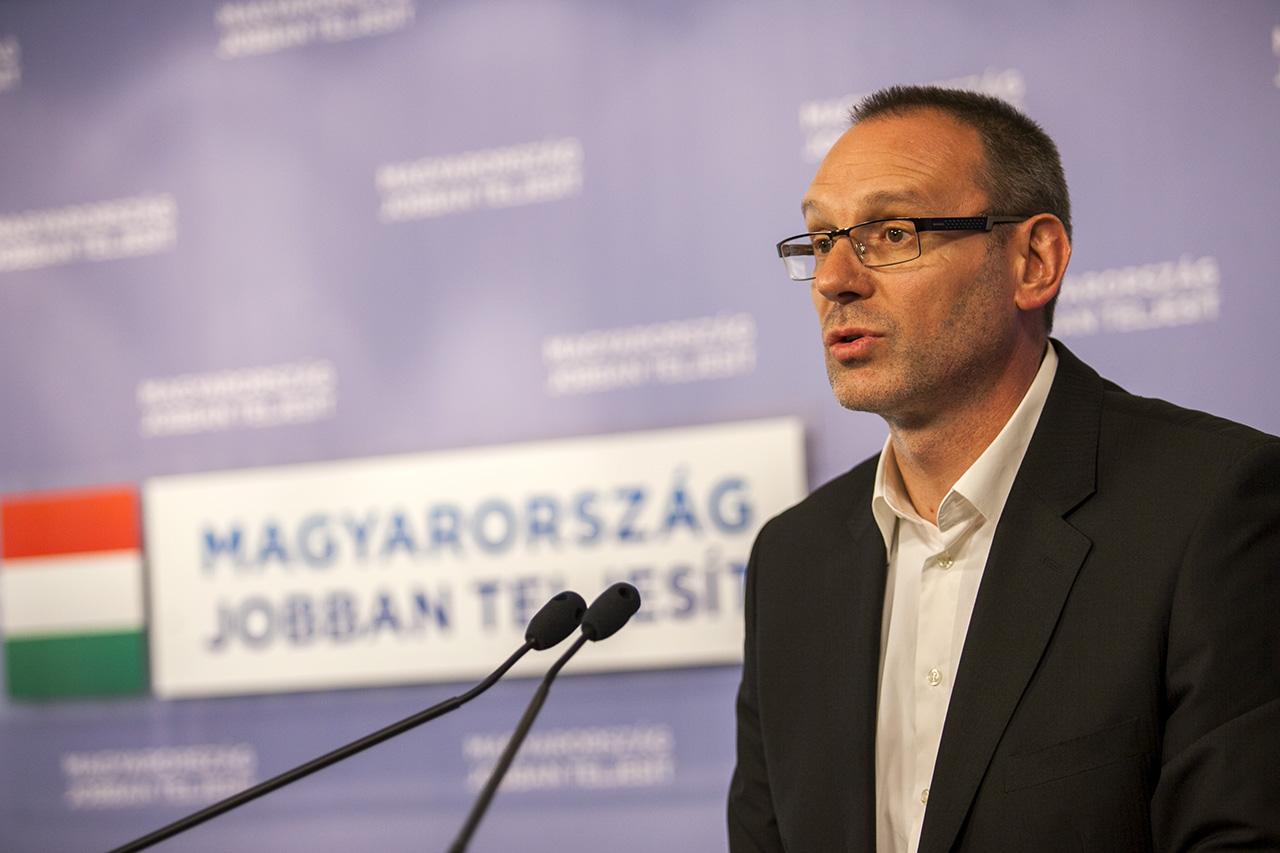A Fidesz beleállt és körömszakadtáig védi a dokumentumok alapján spiclimúlttal vádolt Szita Károlyt