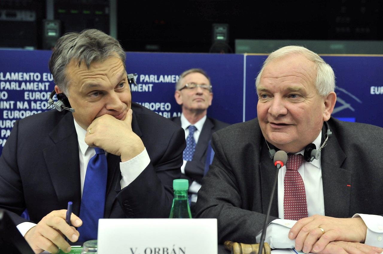 Az Európai Néppárt elnöke szerint Orbán a plakátokkal átlépte a vörös vonalat