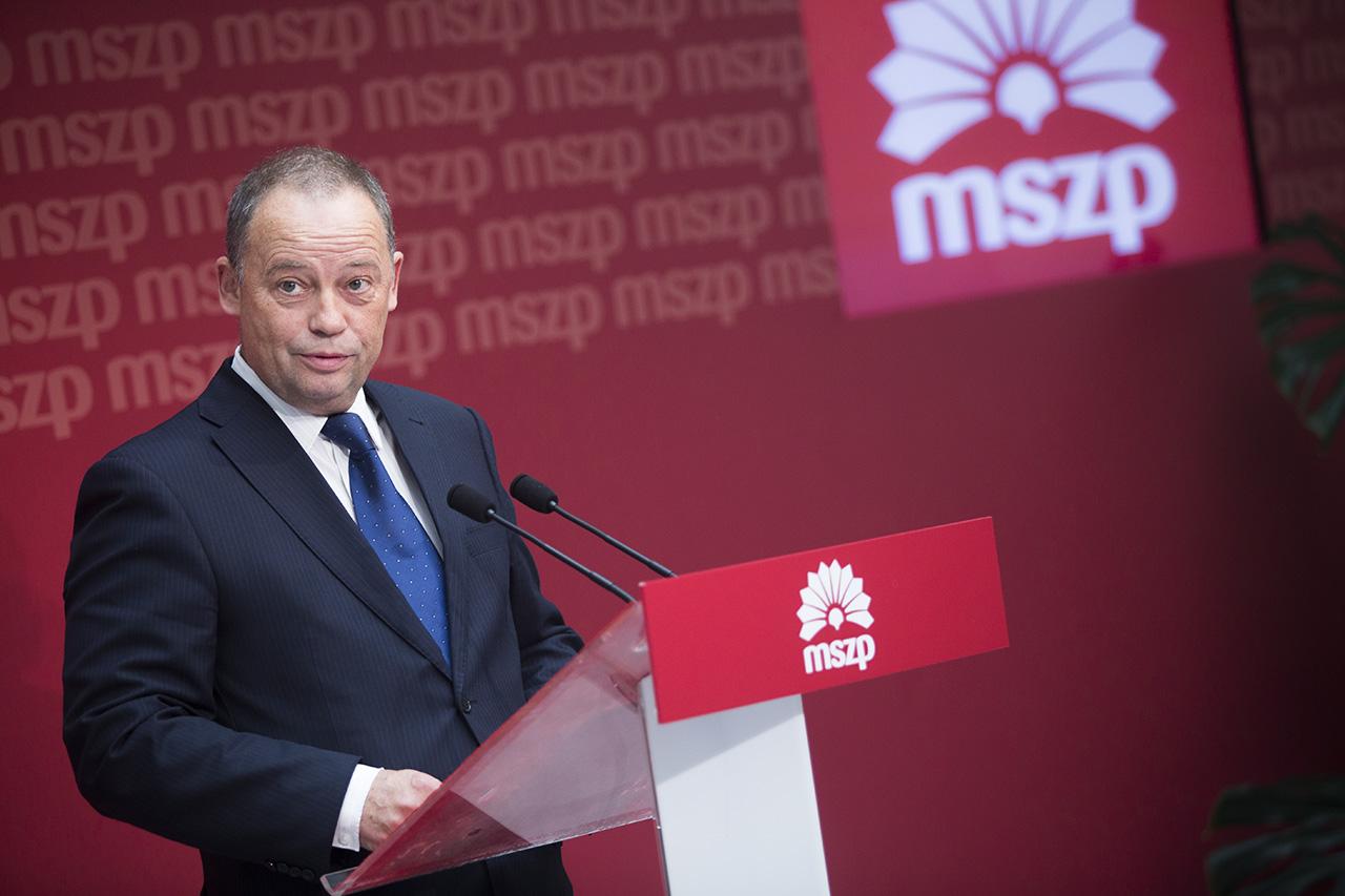 """Szanyi szerint az MSZP vezetői hülyének nézik a tagságot,         """"miközben maguknak osztogatják a fél, meg egymilliós fizetéseket"""""""
