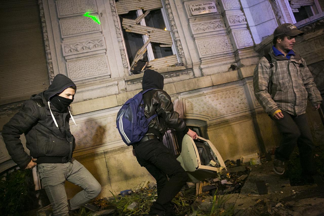Felmentették az internetadó ellen tüntető, Fidesz-székházat megdobáló fiatalokat