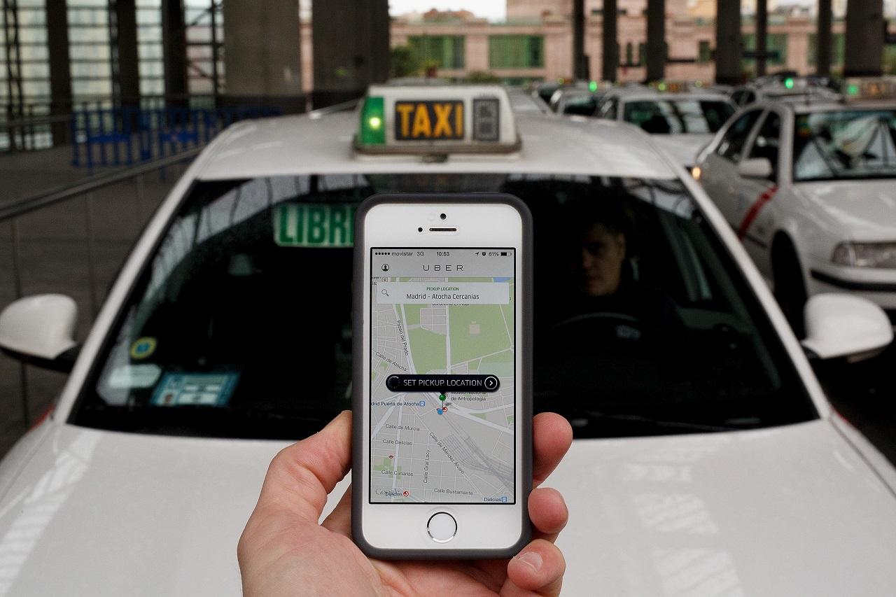 Az Uber tudja: ha lemerülőben az utas telefonja, a magasabb szorzót is elfogadja