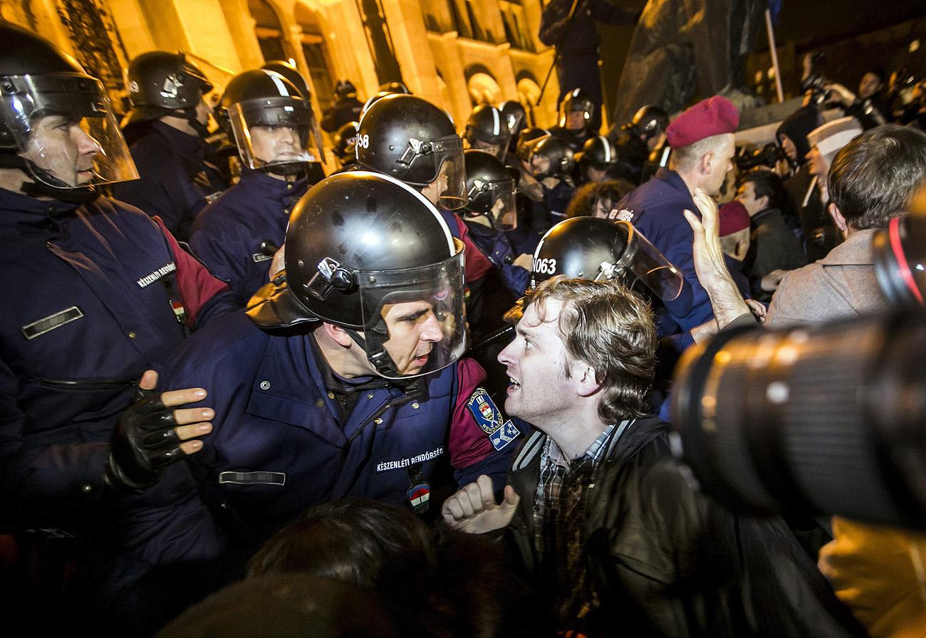 Végre egyértelmű, hogy nem kell kitakarni a tüntetésen dolgozó rendőrök arcát