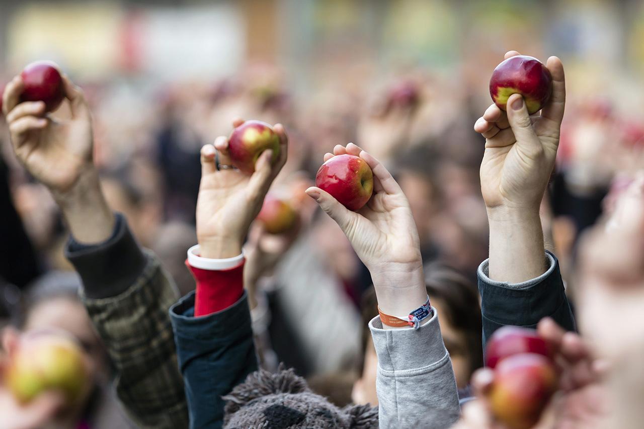Megszabná a kormány, hogy kötelezően mennyi magyar almát és tejet kell tartaniuk az áruházaknak