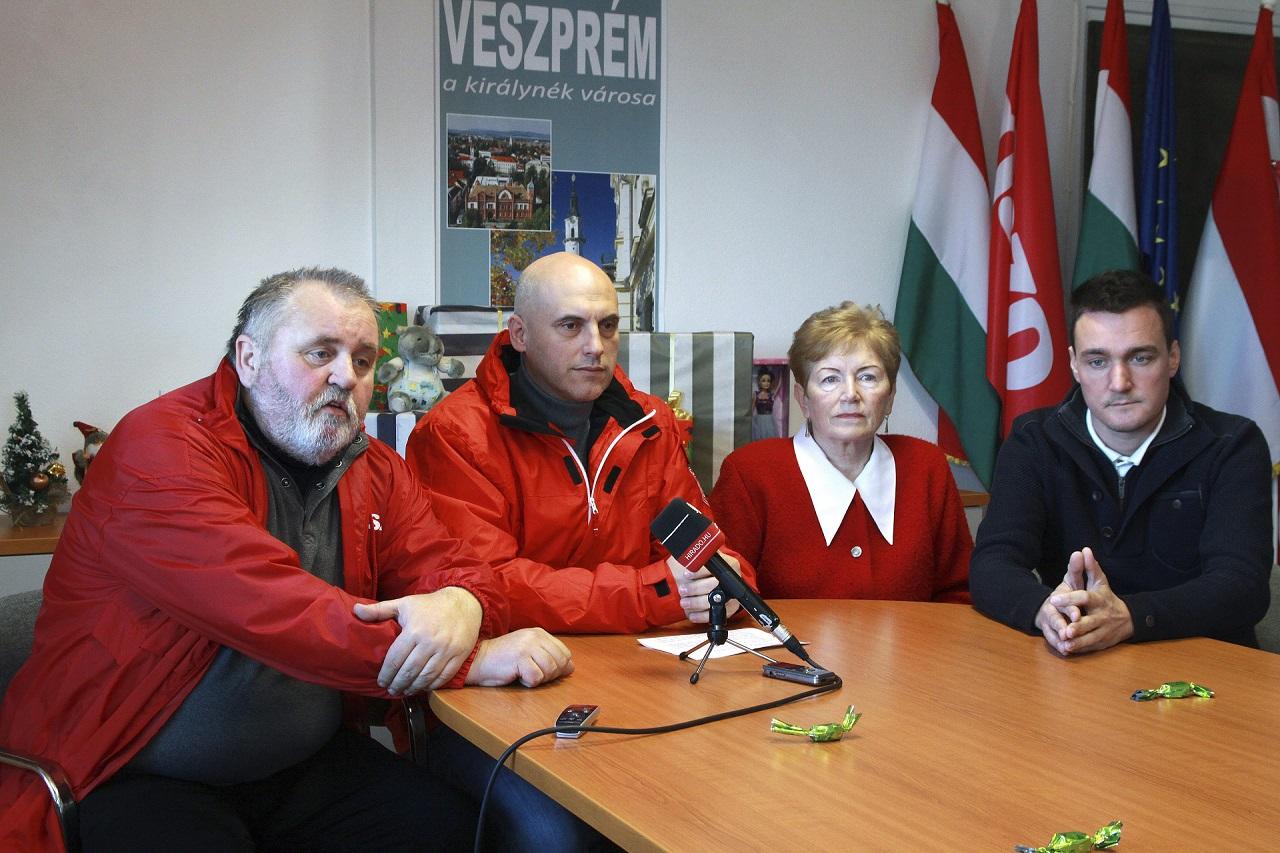 Gőgös Zoltán leadta az állami földárverések miatti népszavazáshoz összegyűjtött aláírásokat