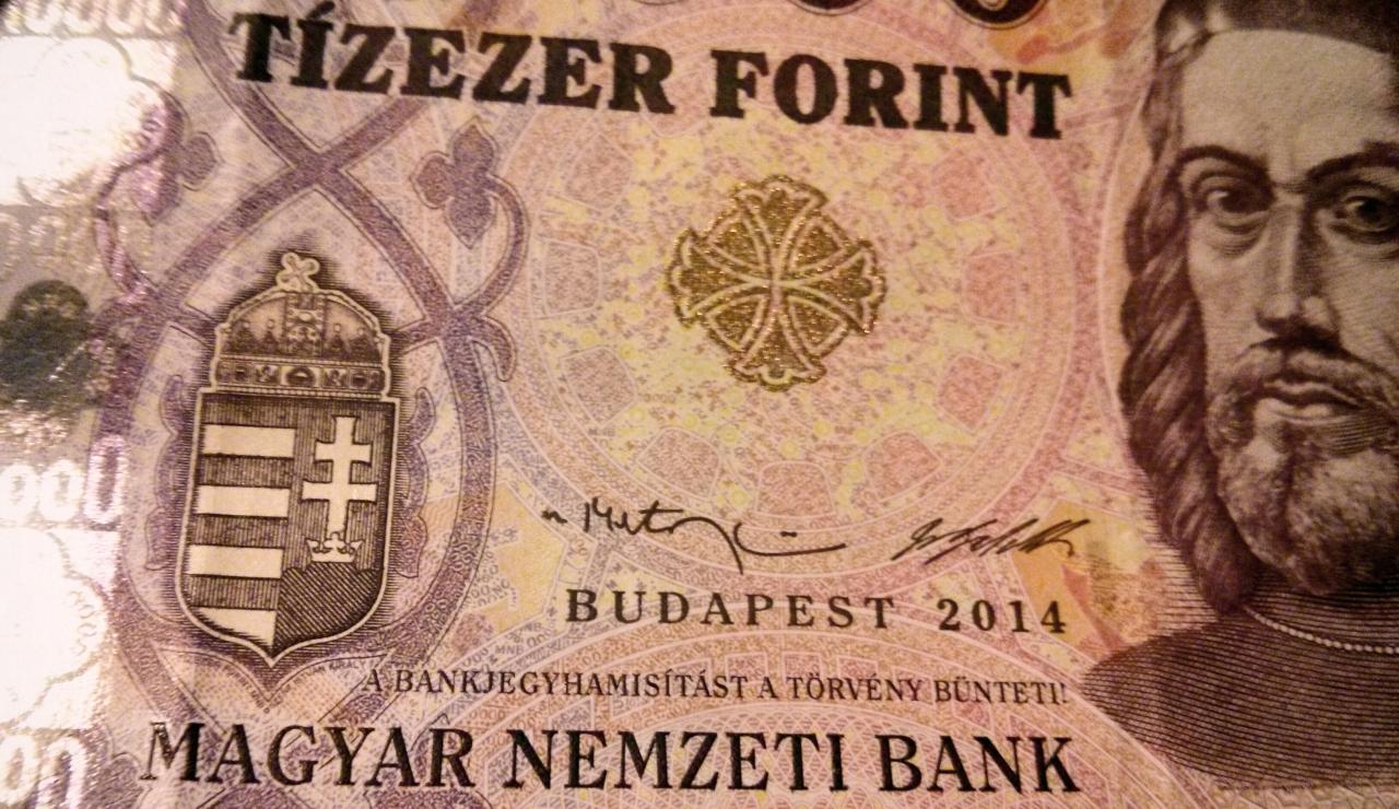 Orbán megvédte az 5 milliós állami fizetéseket