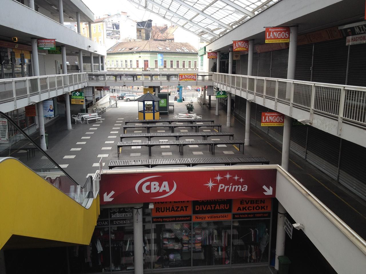 Üres boltok, megfogyatkozott őstermelők, bajban a Fény utcai piac