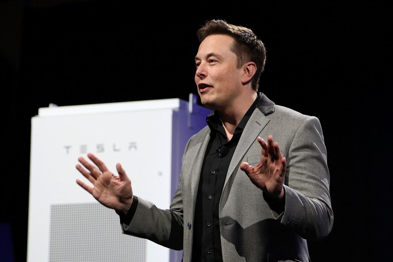 Elon Musk tagadja, hogy sírt volna a Times-interjúja alatt, Steve Bannon szerint a Tesla vezetője egy óriásbébi