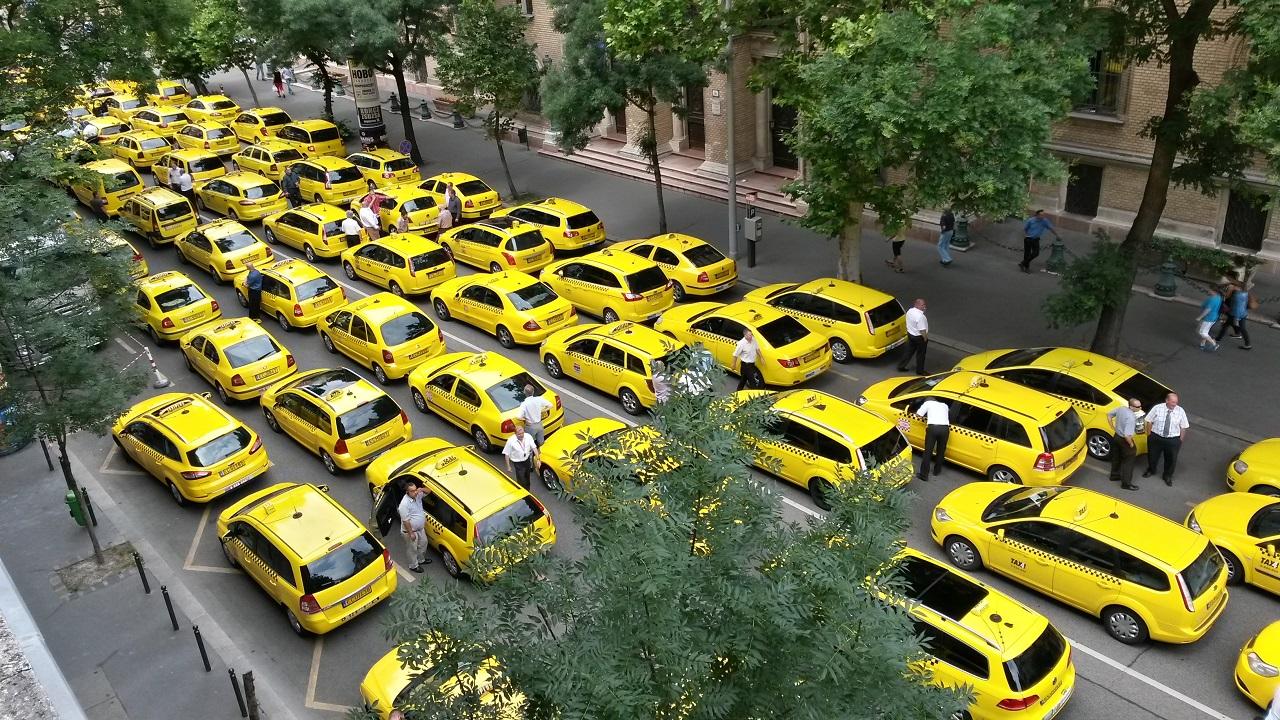 Egyre többen kezdenek el taxizni, ha már uberezni nem lehet