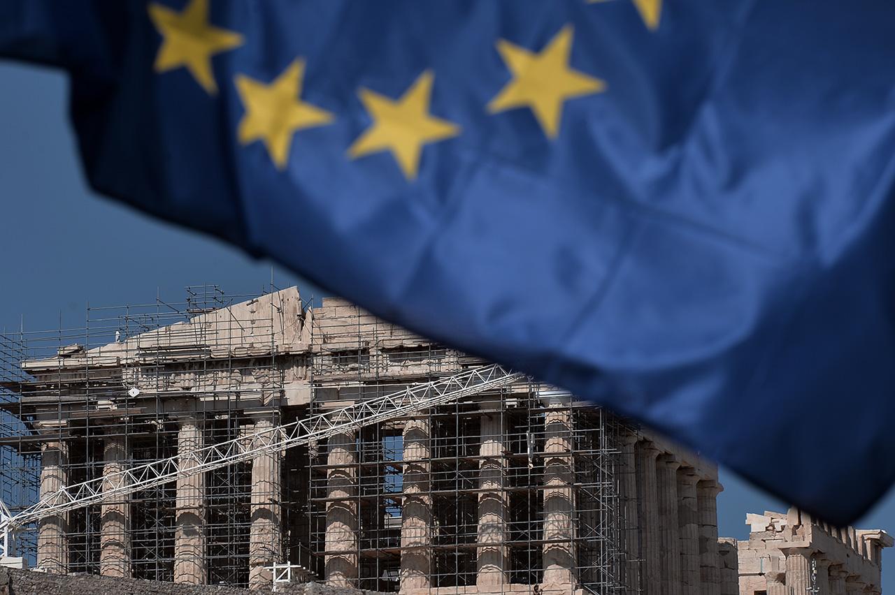 Az euróövezet pénzügyminiszterei kiengedték Görögországot a segélyprogramból