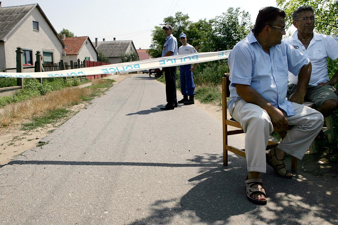 Felmentették a cigánygyilkosságok ügyében nyomozó rendőröket átverő titkosszolgálati vezetőket