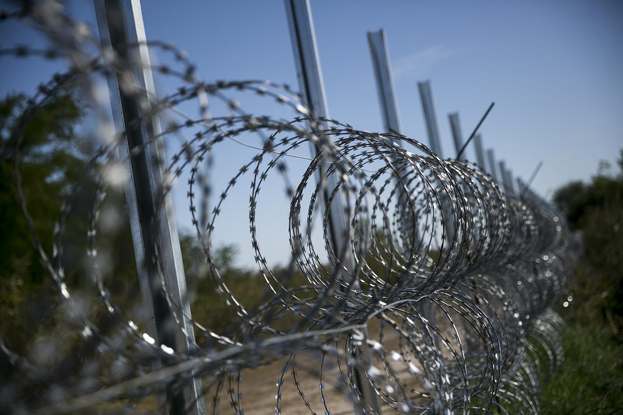 Közbeszerzések nélkül épül-szépül a kerítés, a Belügyminisztérium azt sem árulja el, hány milliárd forintot költöttek el eddig