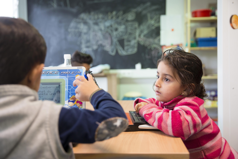 Menekült gyerekekhez keres befogadó szülőket a magyar SOS Gyermekfalu