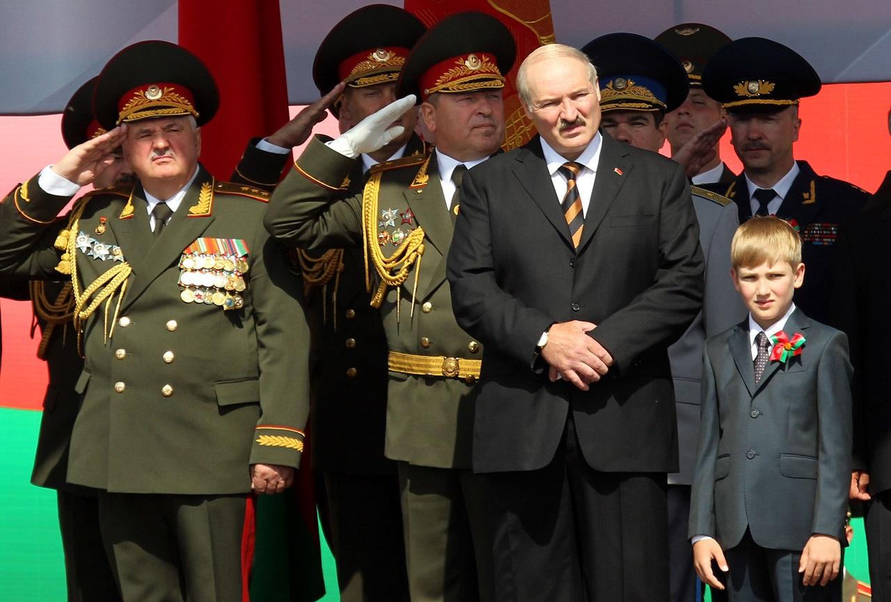A Szabad Európa Rádió úgy tudja, hogy Magyarország a fehéroroszokkal szembeni EU-s fegyverembargó vétójával fenyegetőzik