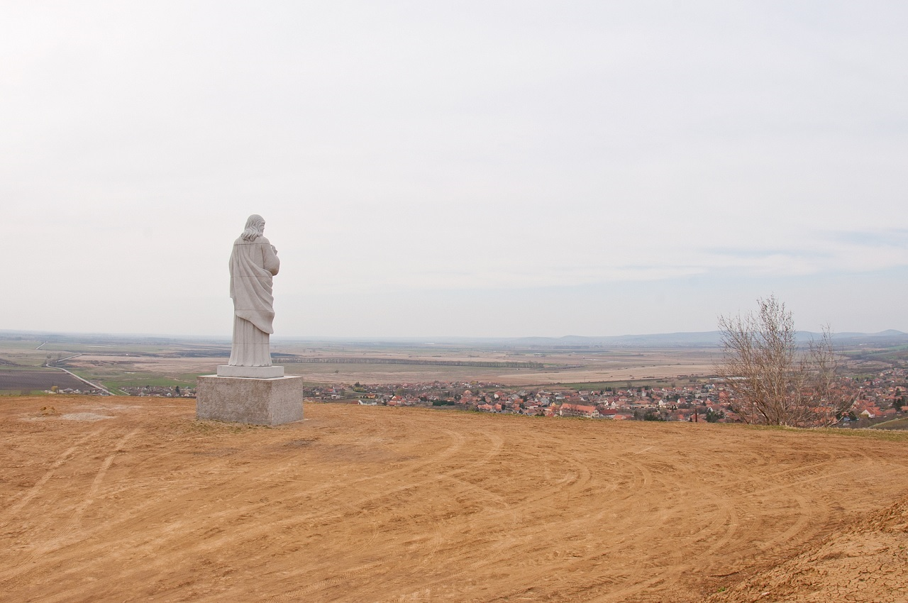 Egy elhagyatott faluba száműzték az orosz papot, mert szépségkirálynő lett a felesége
