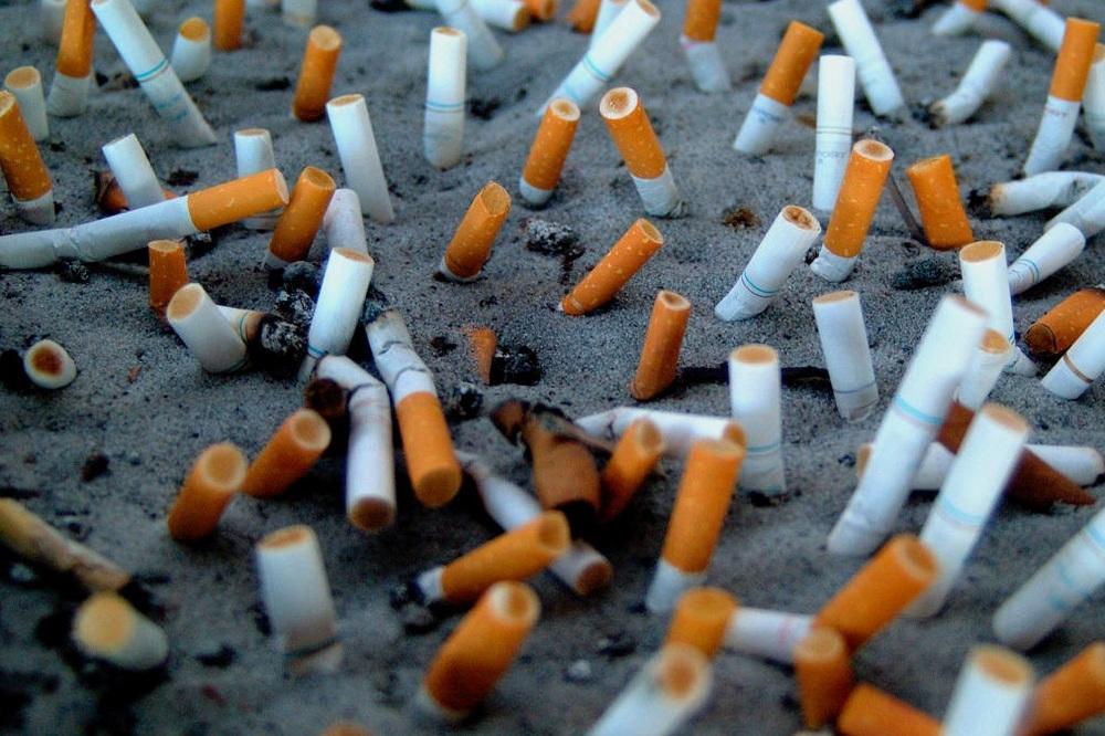 Évente 4 500 000 000 000 cigarettacsikket dobnak el a bolygón az emberek