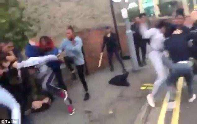 Verekedő lányok miatt zavargás tört ki Londonban, száz rendőr kellett a rendrakáshoz