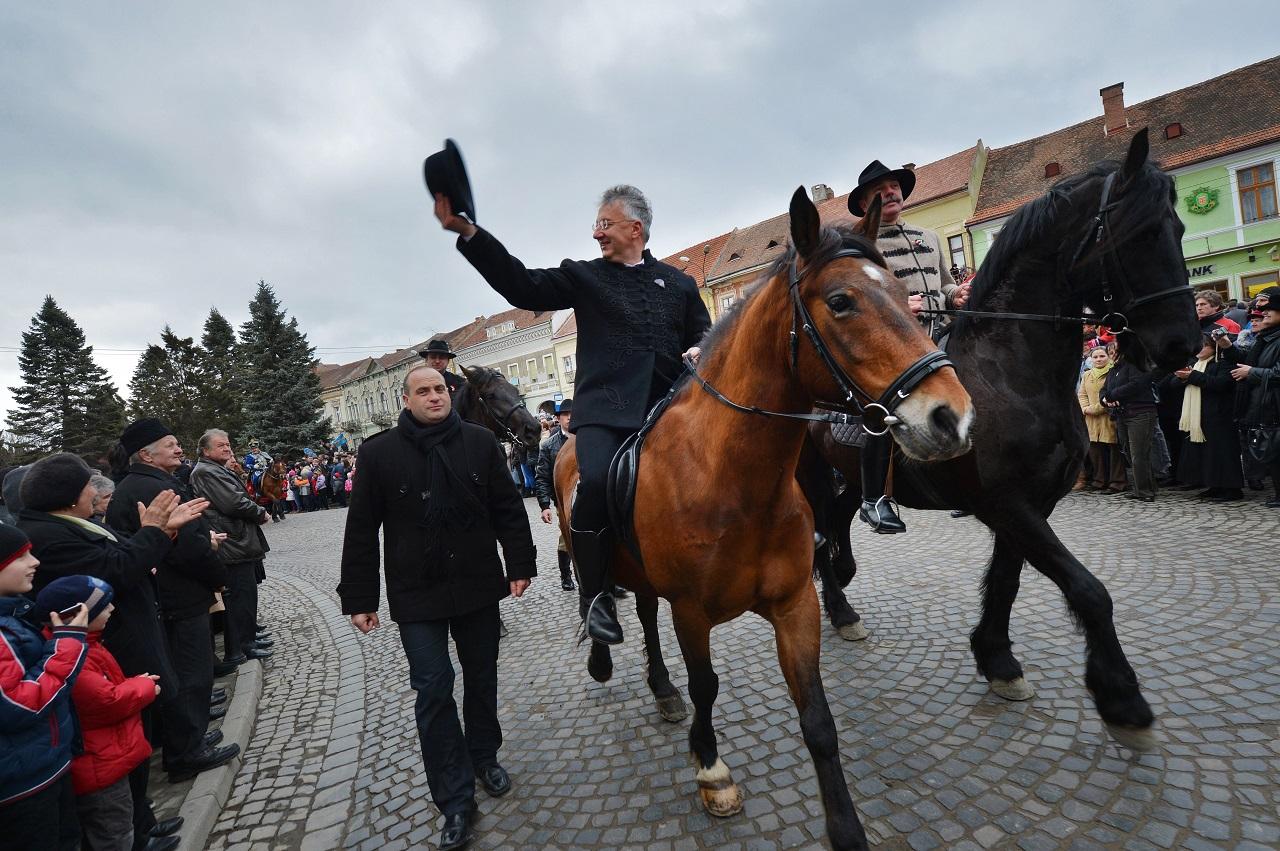 Lázár és Semjén szerint nem igaz, hogy a Fidesz kiszállna a Heinekent fenyítő törvény mögül