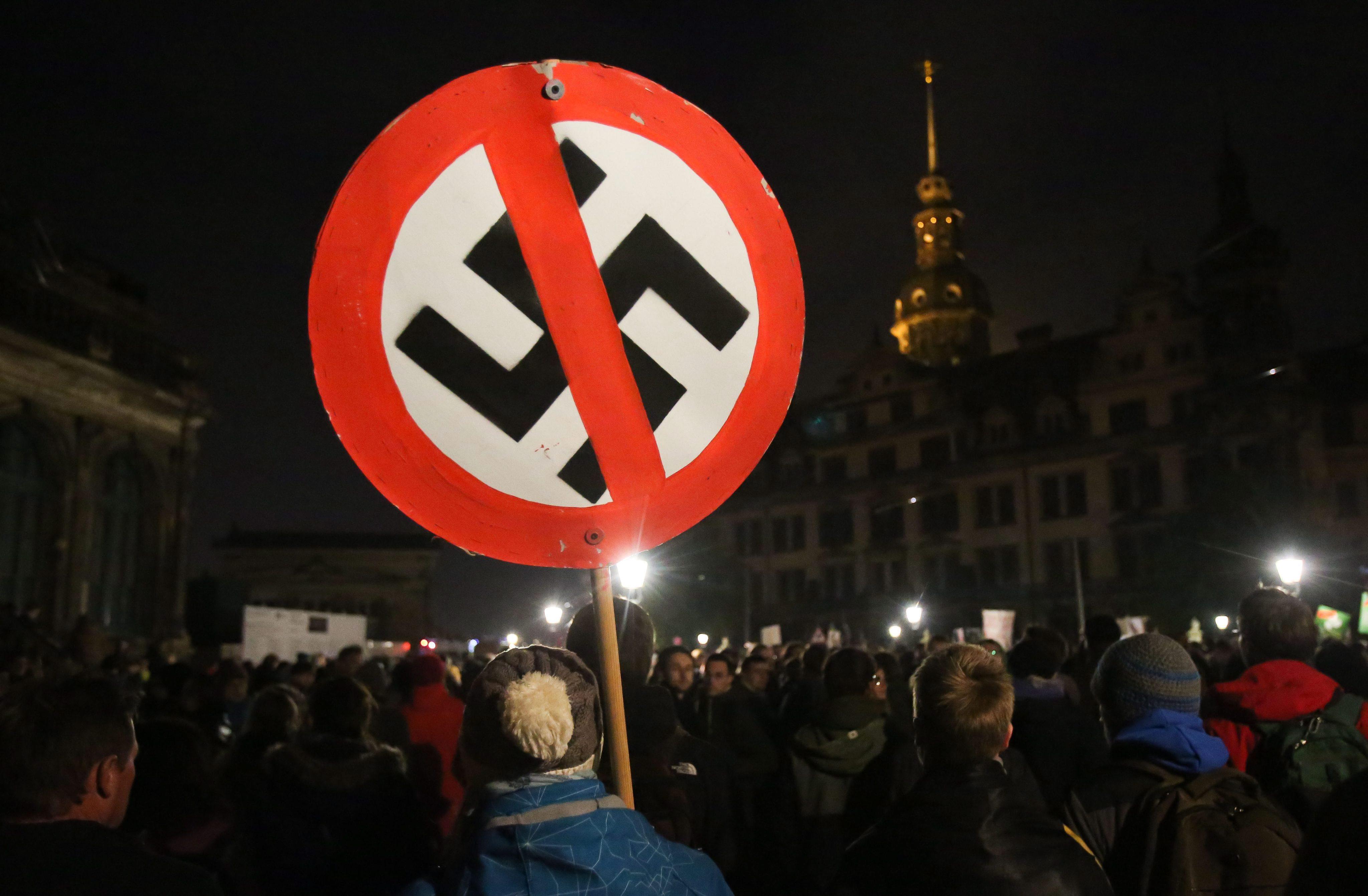 Börtönre ítélték a brit neonáci szerelmespárt, akik Adolf Hitlernek nevezték el gyereküket