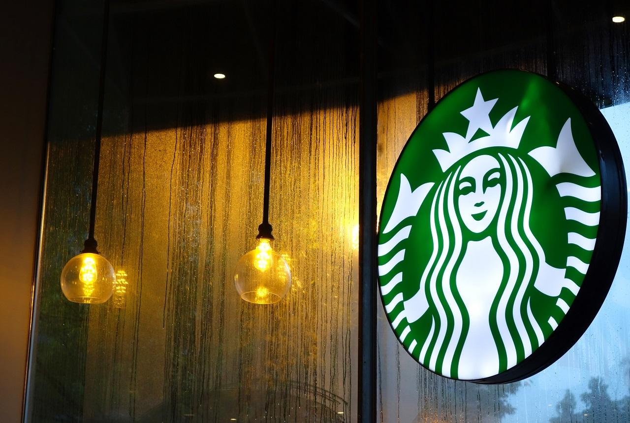 Kártérítést fizet thai származású vásárlójának egy Starbucks, amiért ferde szemeket rajzoltak a poharára
