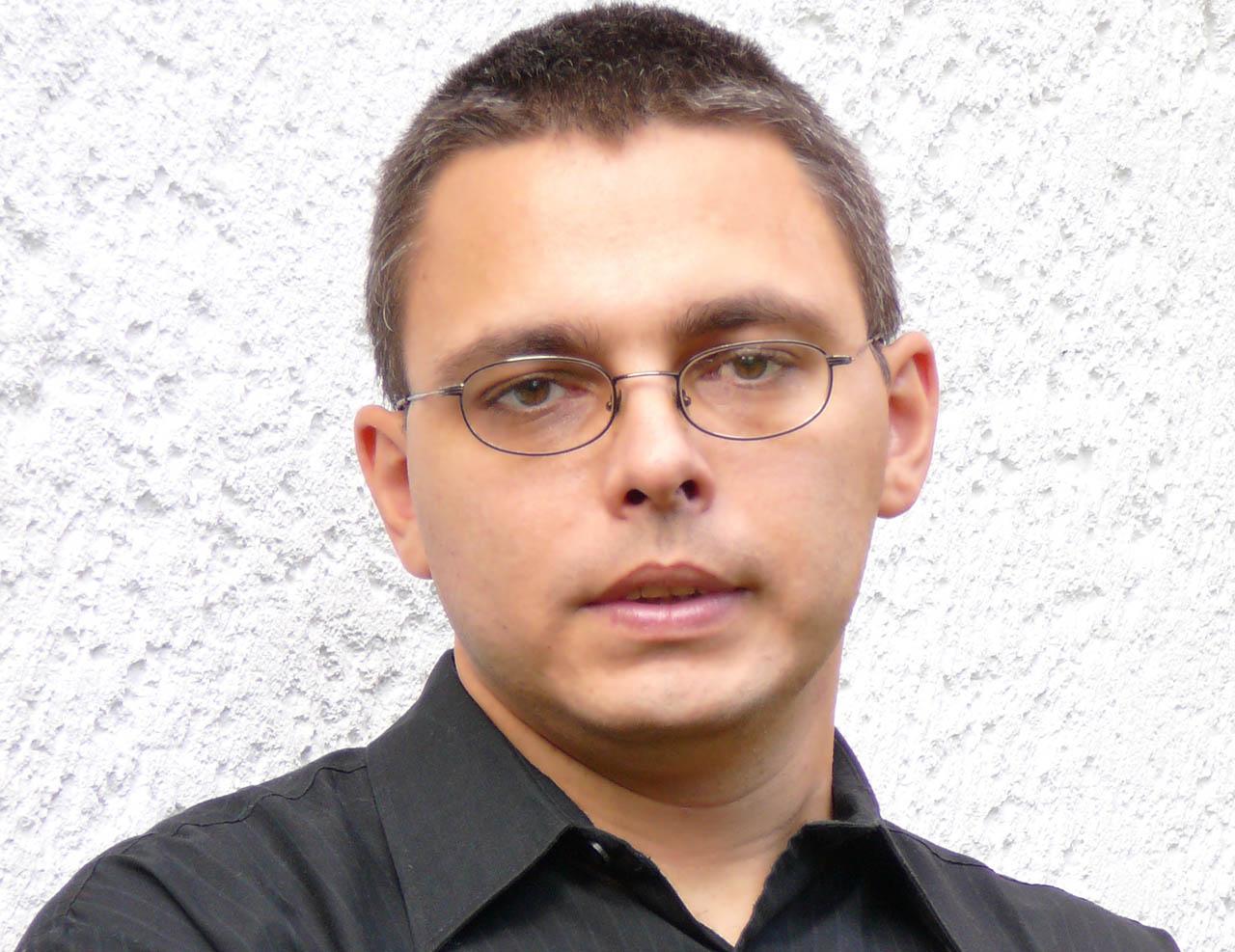 Kizökkent a világ: fokhagymás joghurtban pácolja a rántott csirkét az egyik legnagyobb élő magyar író