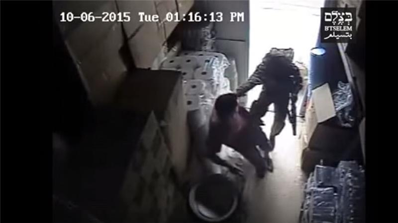 A bolt ajtajában állt, összeverték az izraeli katonák