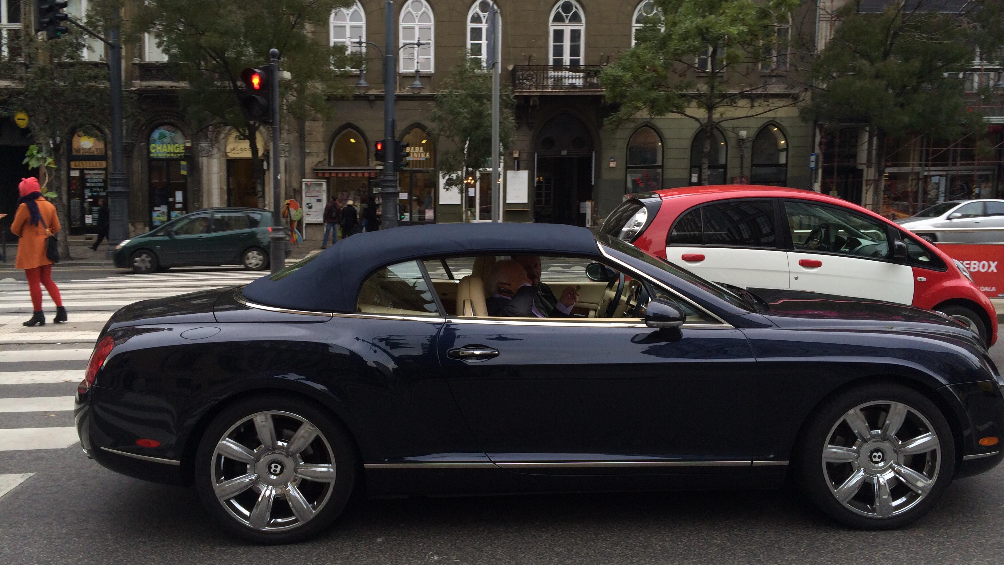 Soha nem találnád ki, hogy ki szivarozik ebben a sötét Bentley kabrióban a Kálvin téren