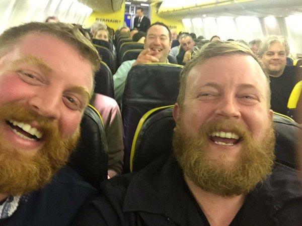Egy szakállas ember találkozott egy másik szakállas emberrel a repülőn