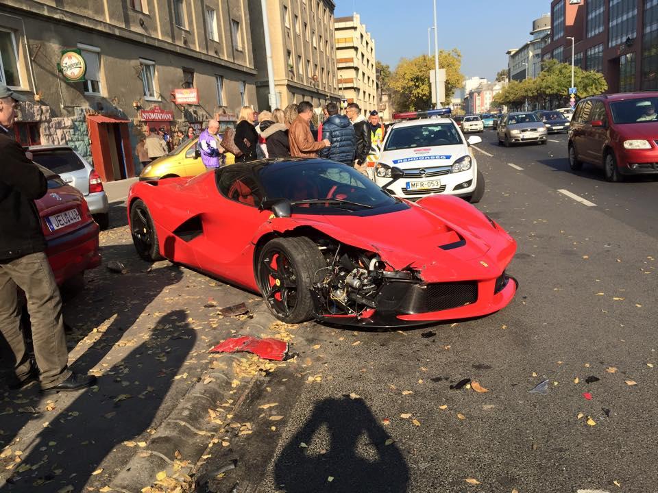 Négyszáz millió forintos Ferrarit törtek össze a Váci úton