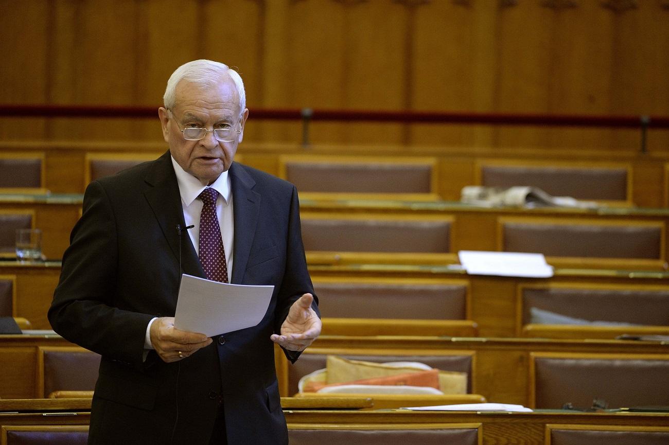 Harrach Péter állami földeket adna az egyesületnek, aminek ő az alelnöke