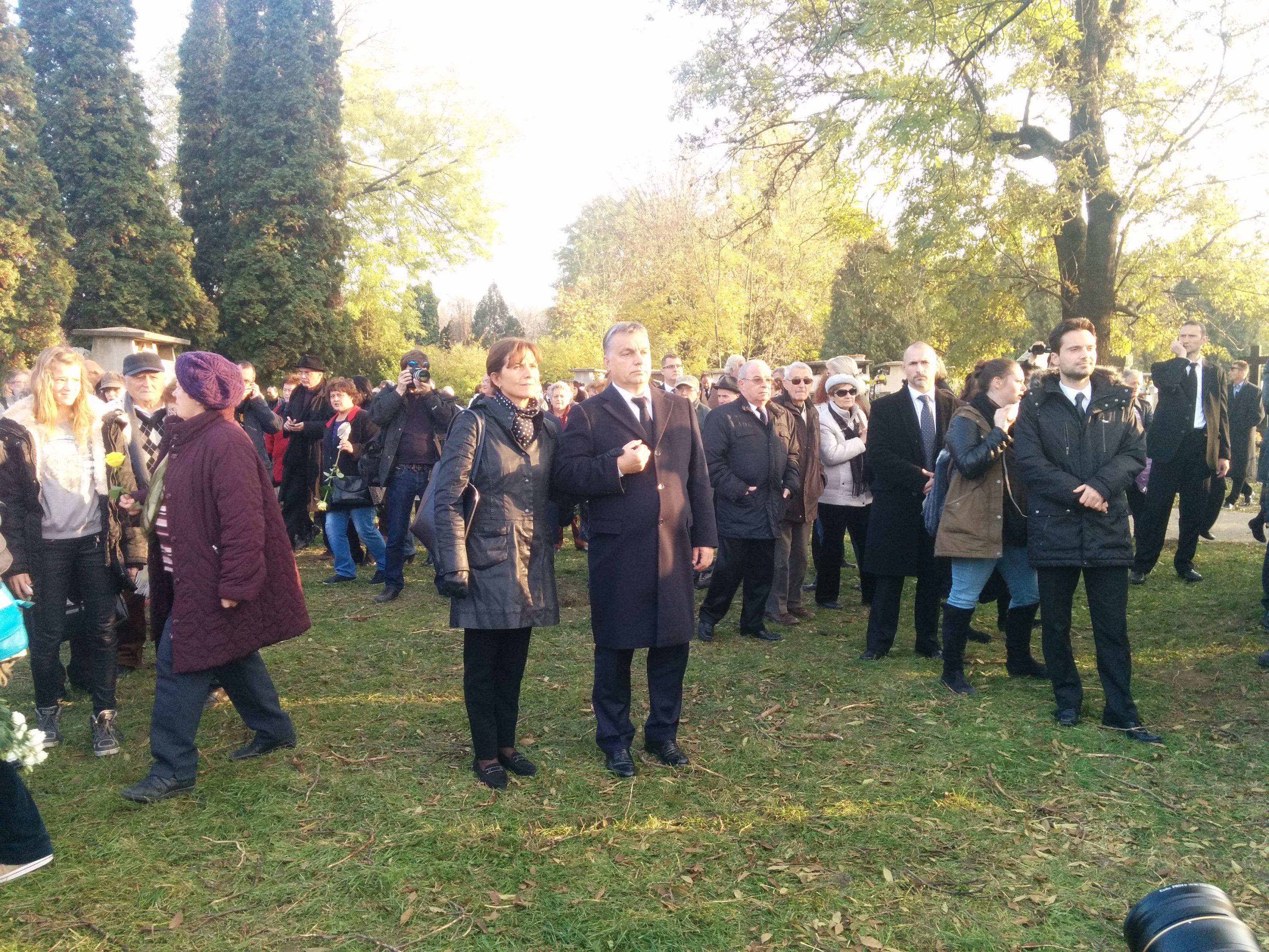 Kettényílt a tömeg Orbánék előtt Göncz Árpád temetésén