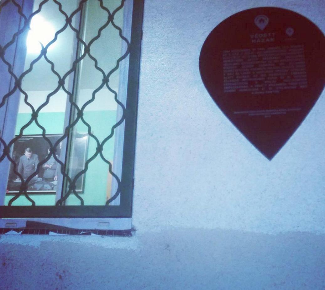A nap fotója: Hitler-kép lóg a falon egy védett házban