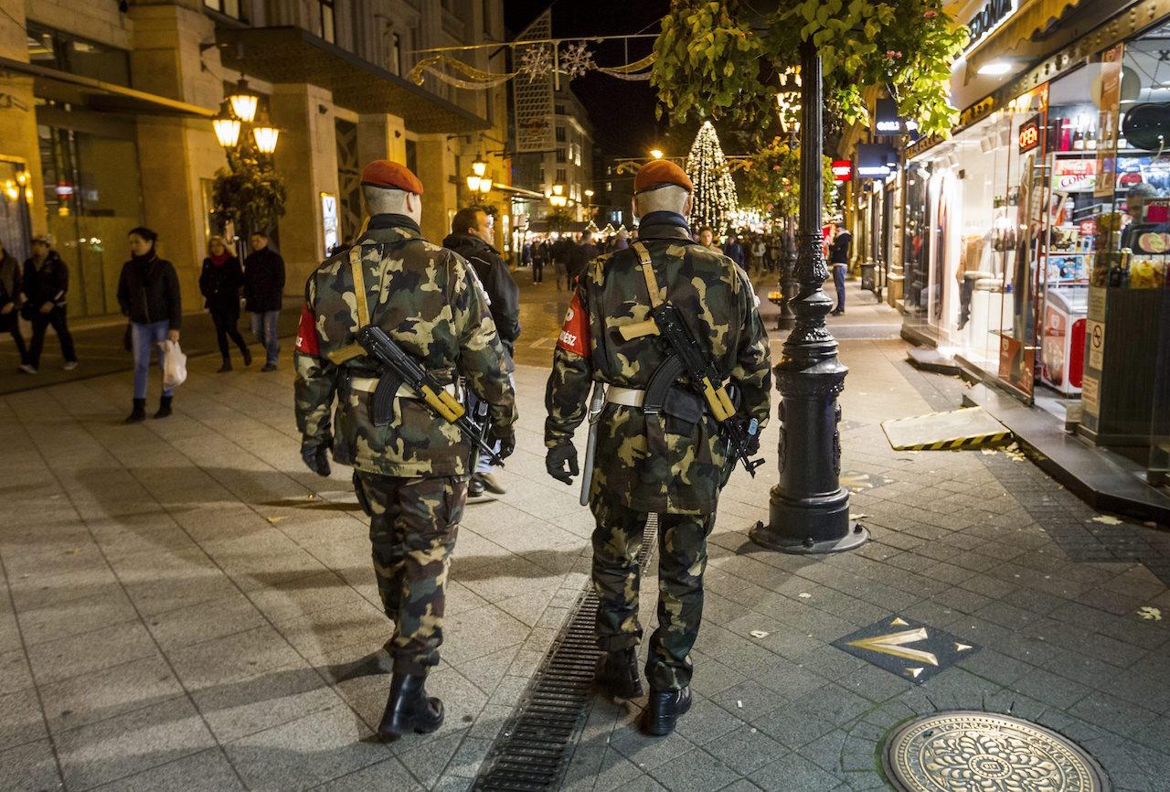 """A kormányszóvivő szerint """"szükséges része most az életünknek"""", hogy gépfegyveres katonák járják a közterületeket"""
