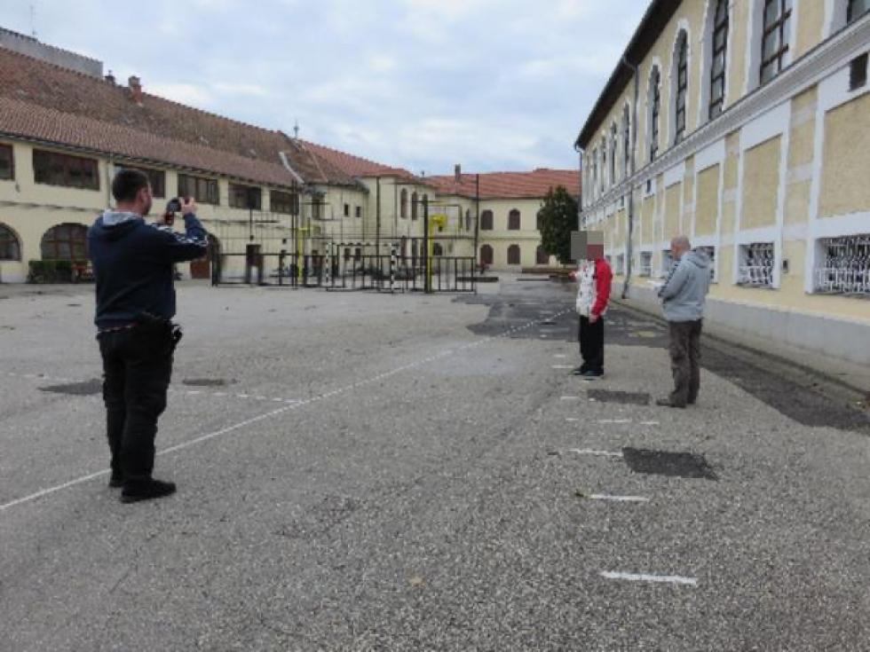 A börtön kapujában várták a rendőrök, hogy újra leültessék