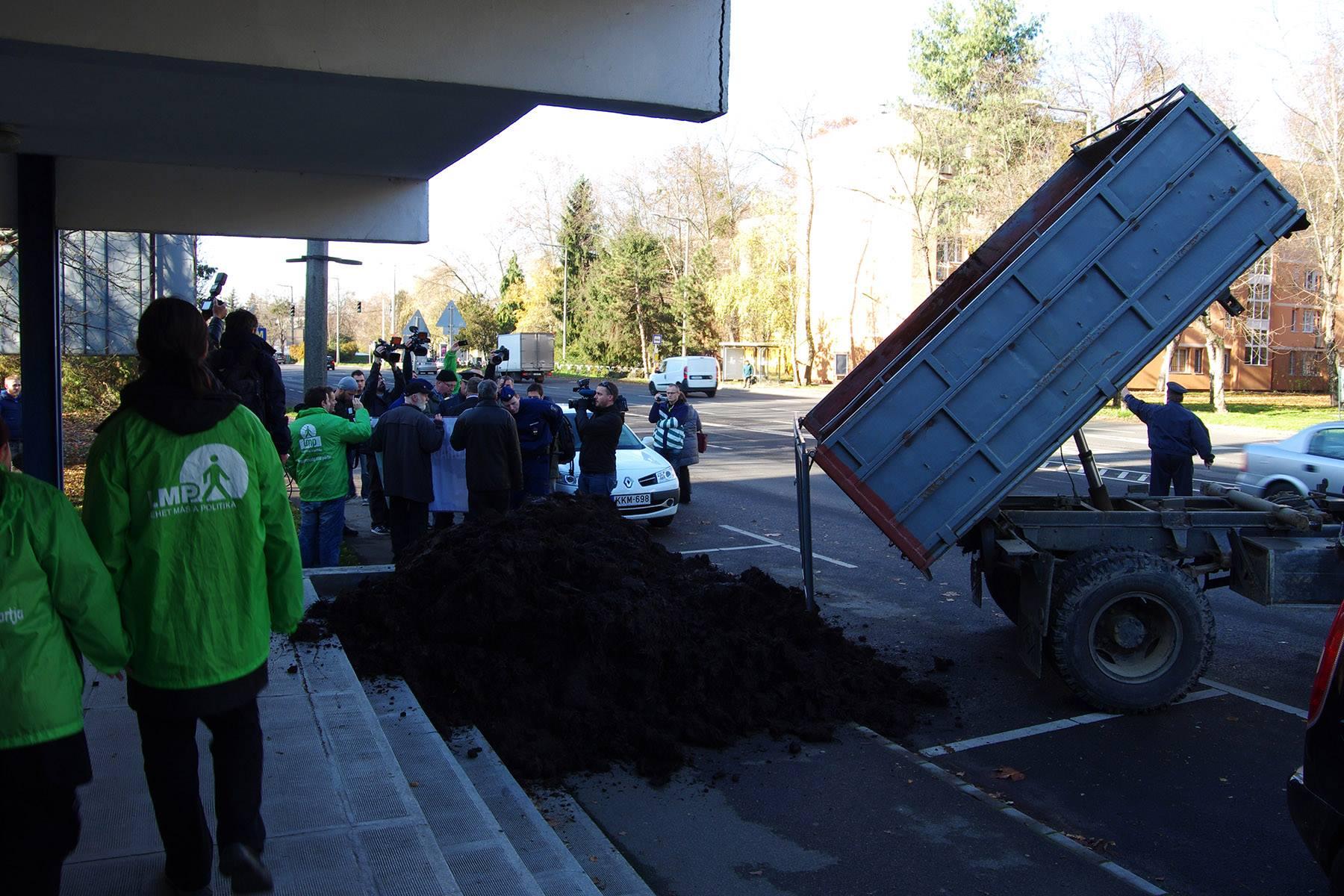 3 m³ birka- és marhaszart borított az LMP a kaposvári kormányhivatal elé
