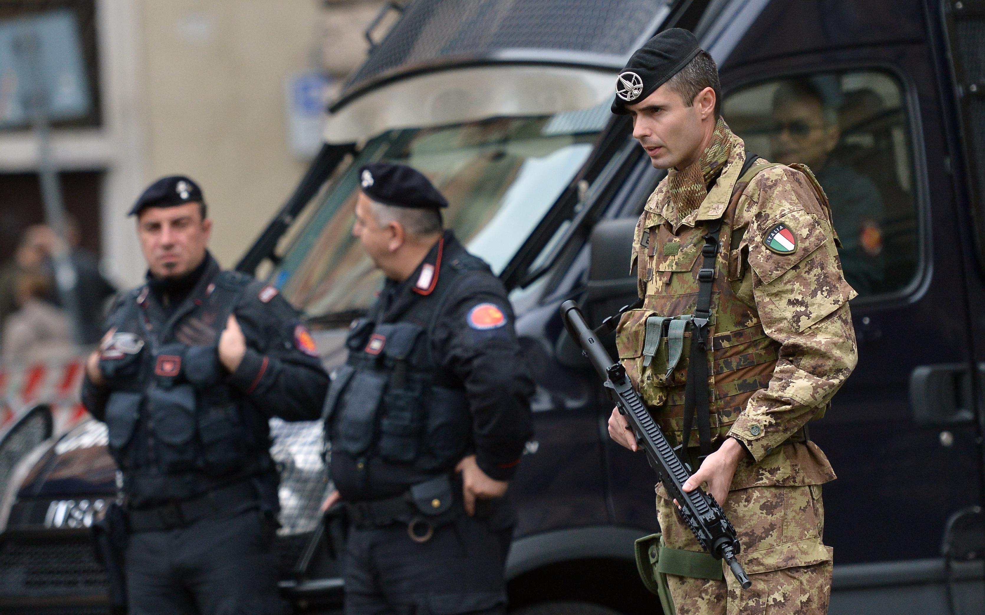 Közel nyolcszáz fegyvert foglaltak le Olaszországban